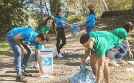 voluntarios-limpiando-bonitos-bosques_23-2147826345